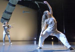 Topvioliste en dansgezelschap LeineRoebana samen op toneel