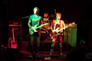 Red, hot and blue:  Aldo Swager (zang, gitaar), Tijmen van Galen (zang, slagwerk) en Paula Bailly (zang, basgitaar) Foto: archief Aldo Swager