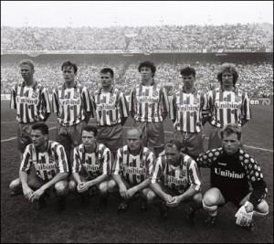 Aldo Swager, rechtsonder, bij de bekerfinale van SC Heerenveen tegen Ajax (1993)