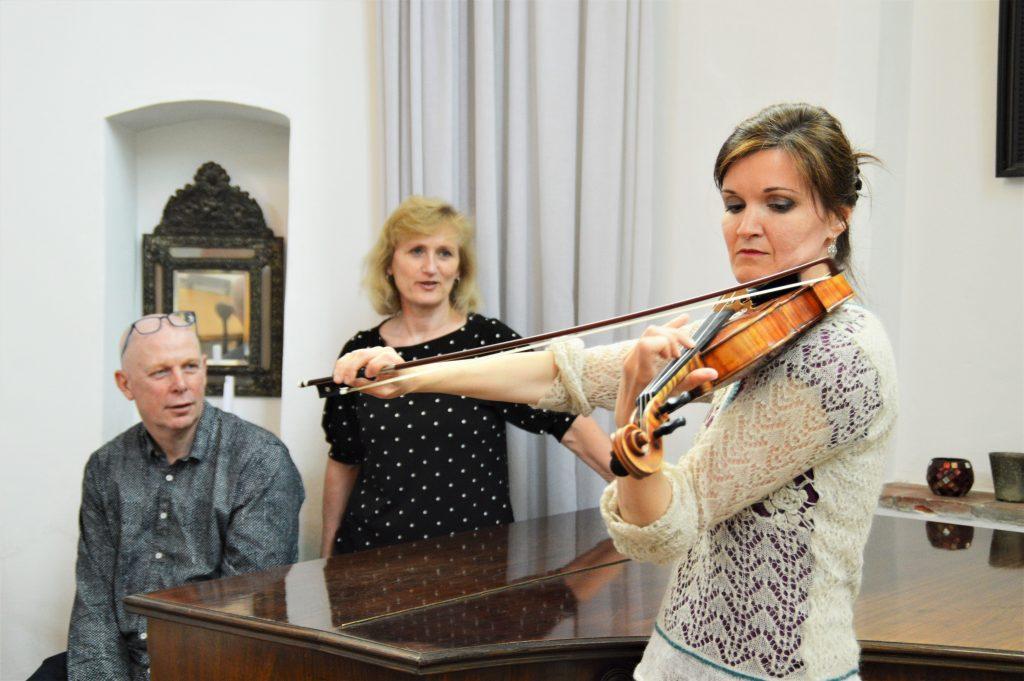 Onno Weggemans en Anja Bakker luisteren geboeid naar violiste Rossi Ovtcharova.