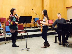 Sarah Kapustin helpt een jonge violiste verder op weg tijdens een masterclass.